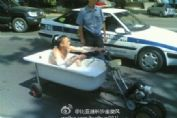 牛人开浴缸摩托车上街