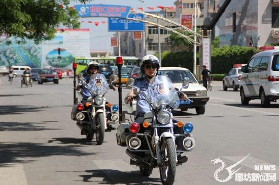 巡特警摩托车飒爽巡逻街头
