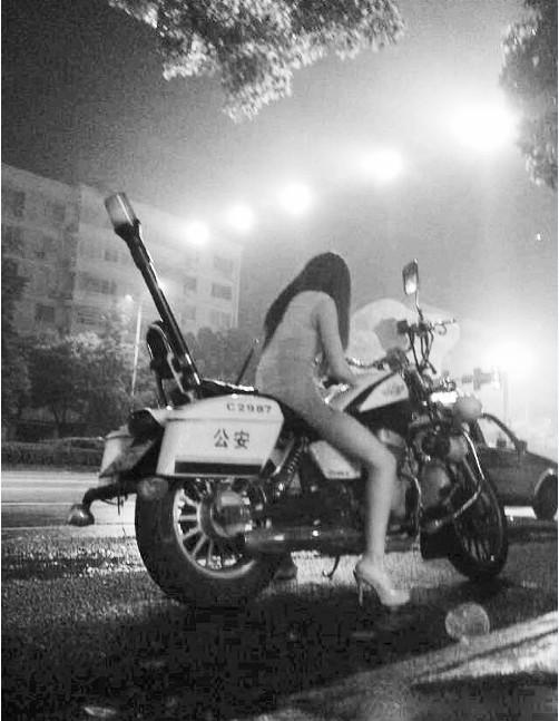 """""""性感骑警""""坐警用摩托玩手机警方称系乘协警不备"""