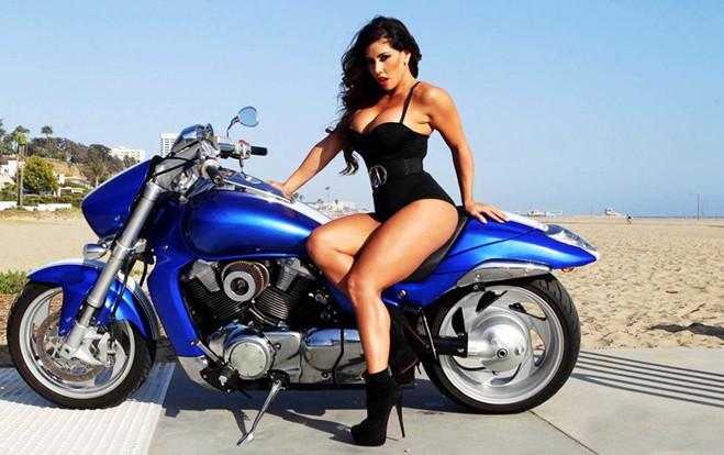 女星变身摩托车女郎拍狂野写真