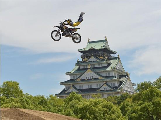 世界摩托越野赛登陆日本大阪古迹上演空中飞车