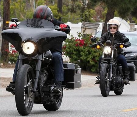 美女歌手Pink与丈夫骑黑色炫酷大摩托外出