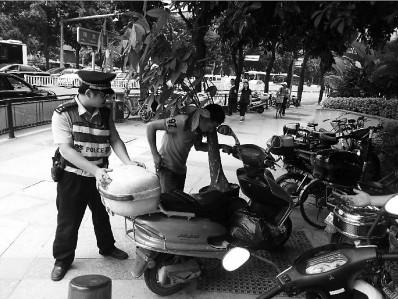 牛!男子竟用摩托车运大树