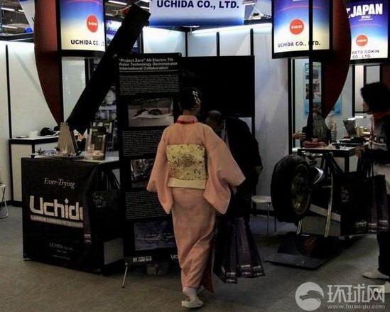 巴黎航展日本展商穿和服摆樱花纸鹤摩托车
