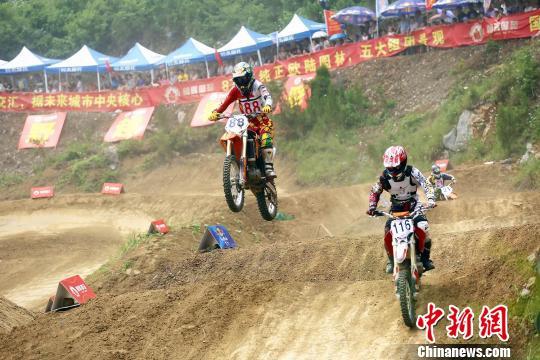 湖北荆门首届全国摩托车越野公开赛举行