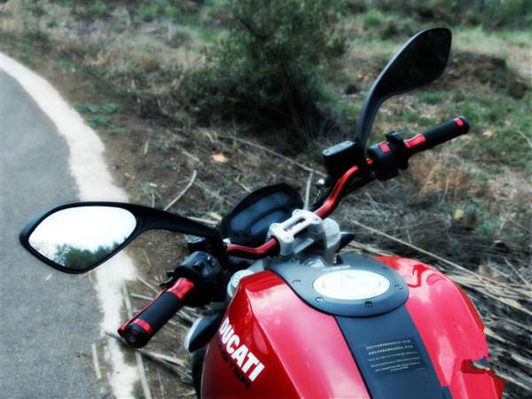 很红很暴力 杜卡迪monster795测试高清图片