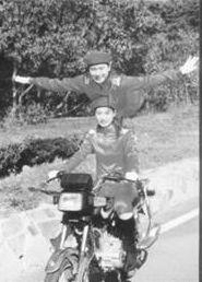 双胞胎姐妹花倒立骑摩托车绝技叫响全国