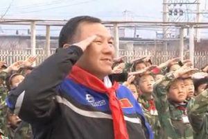 王龙祥驾驶银钢山地王参加毛岸英学校升旗仪式