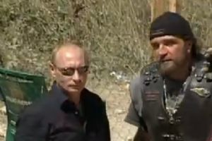 俄罗斯总理普京驾驶哈雷摩托车亮相乌克兰
