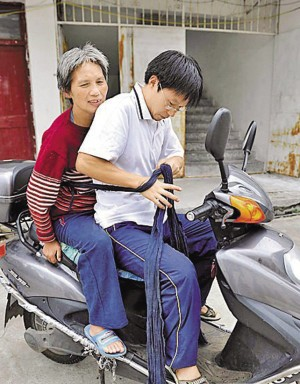 爱的力量中学老师绑着母亲骑摩托车上课