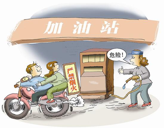 酷暑摩托车在加油站内启动太危险