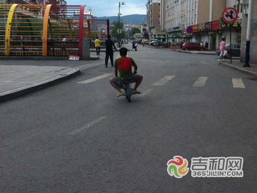 """高大男子酷爱摩托车造""""童版""""摩托挺萌"""