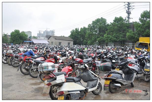 交警设立服务点方便被扣摩托车补办手续