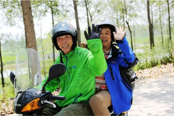少年夫妻老来伴骑着摩托游世界