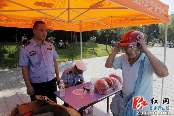 张家界交警再次为摩托车司机免费发放安全头盔