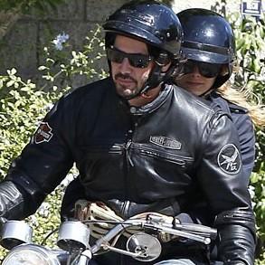 基努・里维斯骑摩托车载金发少女兜风动作亲密