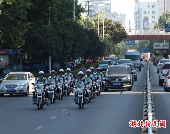"""湖北荆门首支""""摩托车骑警队""""亮相街头"""