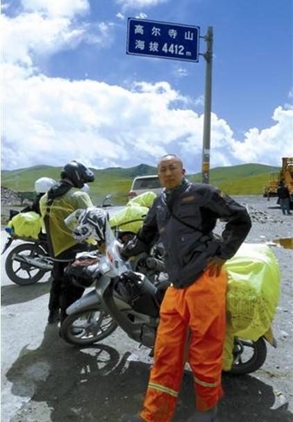 """小伙骑着摩托""""游""""拉萨一路有惊险有喜乐"""
