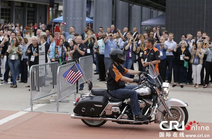 美国州长骑摩托参加会议