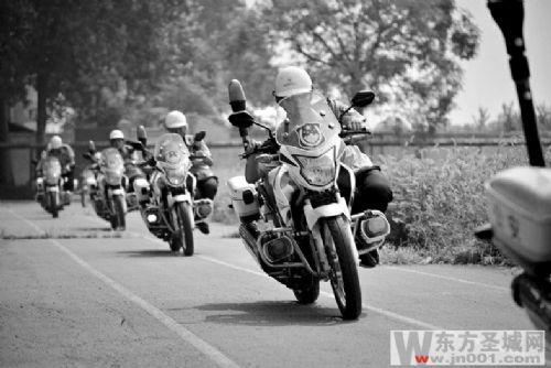 交警强化摩托车驾驶技能