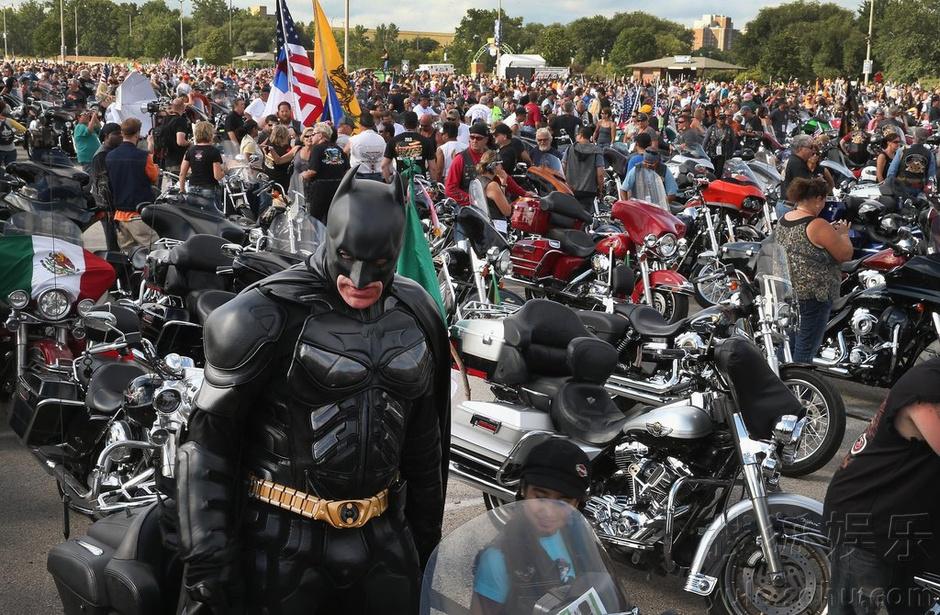 蝙蝠侠与摩托车比肌肉共飨哈雷110周年盛宴