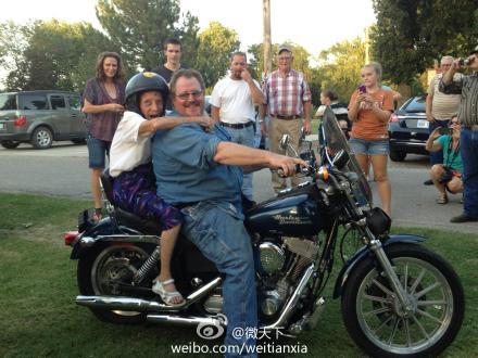 百岁老人愿望:骑摩托车兜风