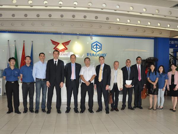 意大利驻华大使访问比亚乔佛山工厂