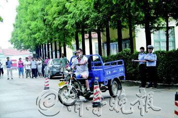 车管所上门服务方便群众摩托车考试