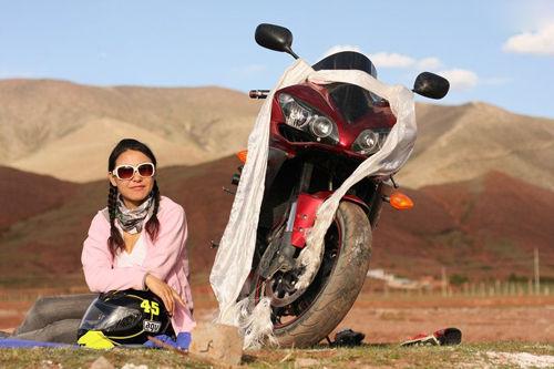 飒爽英姿的摩托车美女车手