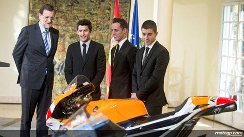 西班牙首相亲自迎马坤斯回乡