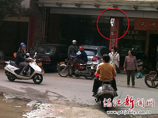 摩托车上打吊针危险!别把安全当儿戏!