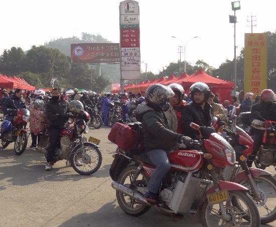 梧州市区东出口日过境摩托车突破万辆