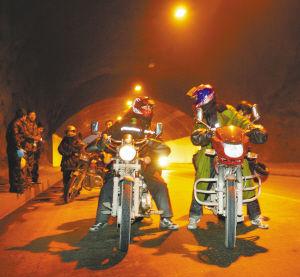 踏上摩托车归程向着家的方向疾驰
