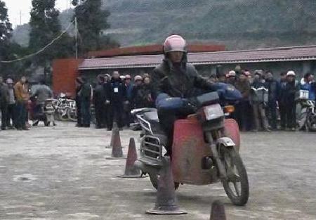 """""""打折""""办证治摩托车""""裸奔"""""""