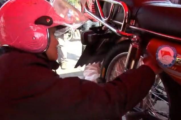 豪爵为摩托车返乡服务维修哥最忙碌
