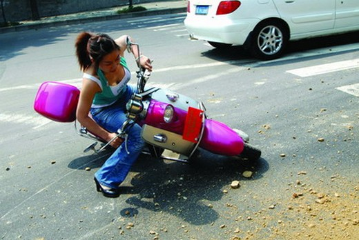 摩托车侧滑摔车时的处理方法