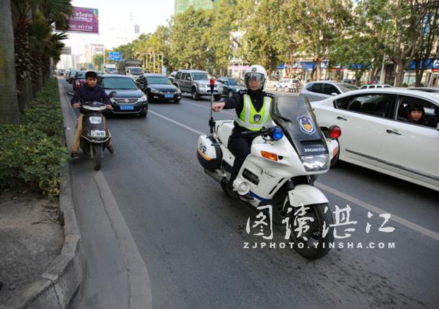 大功率警用摩托车治乱显威力