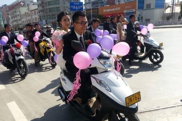 """""""摩二代""""婚礼:彪影150迎亲载得美人归"""