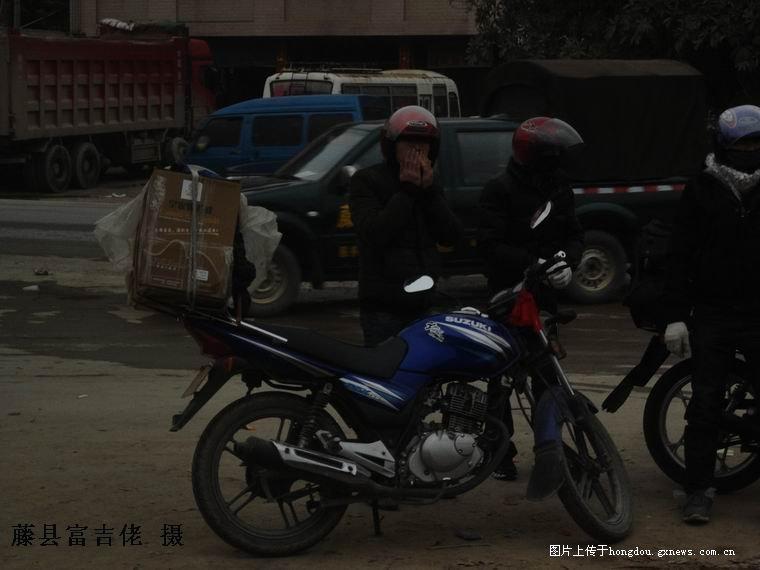 正月十六藤县路段摩托车成群结队下广东