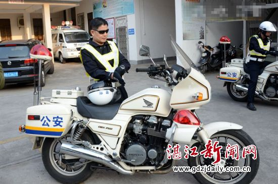 交警队长驾驶大功率警用摩托车巡逻