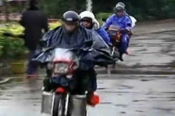 返程遇风雨摩托车大军路难行