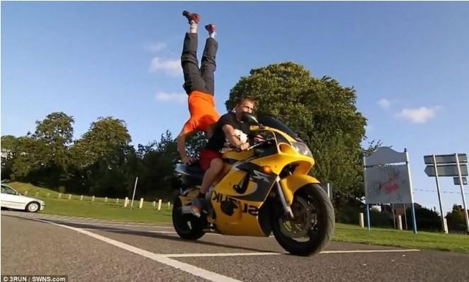 """英国男子在行驶摩托车上""""玩命""""倒立"""