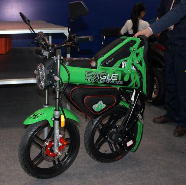 高博会上的绿色炫酷摩托折叠后仍可推