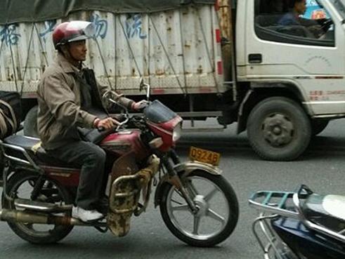 刘德华演农民工骑宗申摩托穿梭车流中