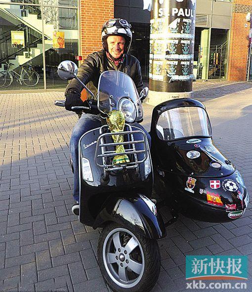 英国球迷骑着摩托车去看世界杯