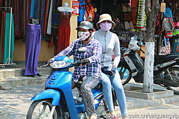 从头武装到脚的越南女车手