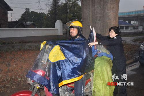 新疆青年�T自行�游中��在湖南�@政府�摩托�