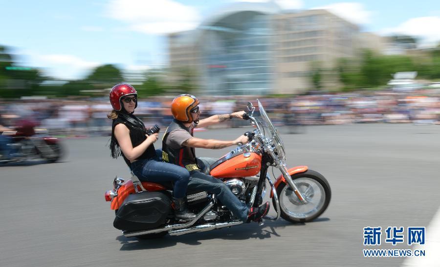 """华盛顿举行""""滚雷""""摩托车大游行"""