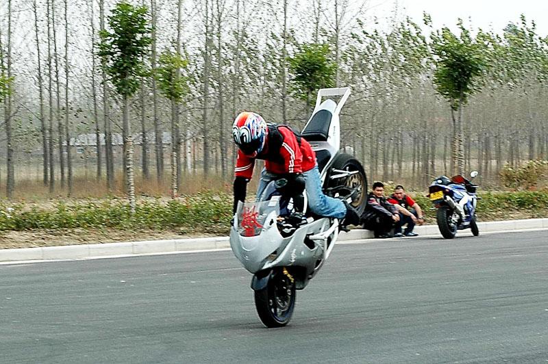 摩托车驾驶技巧:怎样在刹车时翘屁股