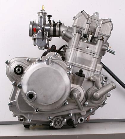 nc250发动机,这是一台单缸4气门,4冲程,单顶置凸轮轴,水冷发动机.
